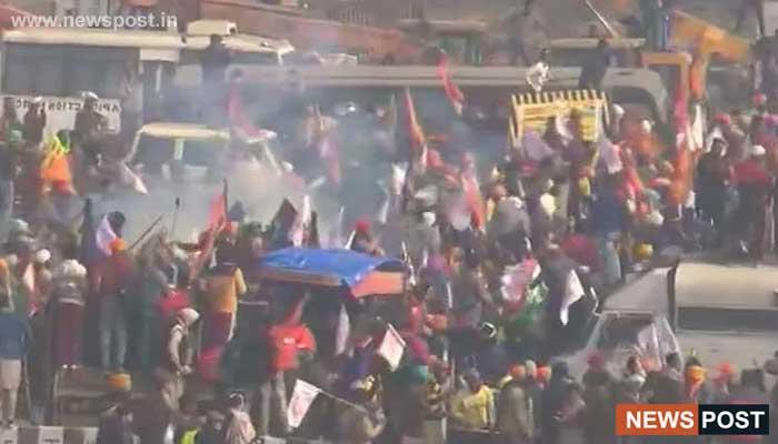 delhi-police-left-tear-gas